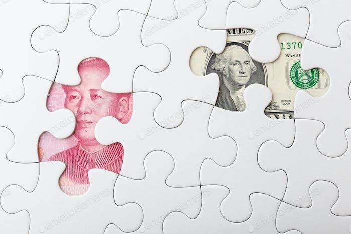 Yuan de EE.UU. y chino con rompecabezas blanco para el concepto de tipo de cambio