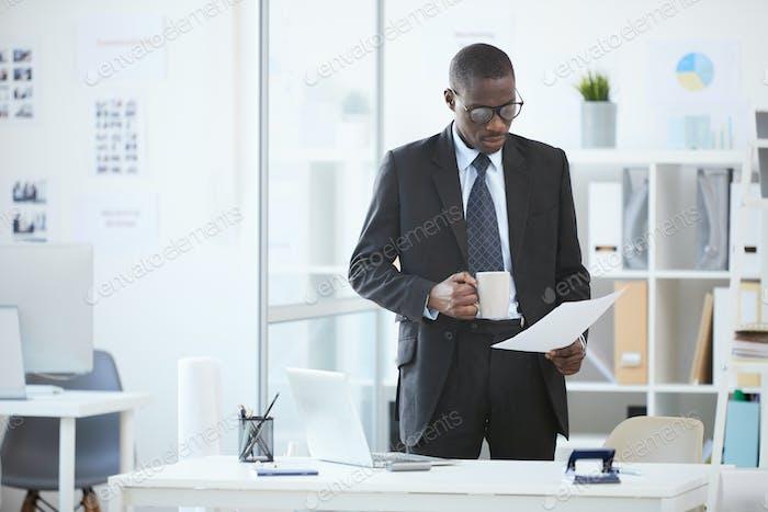 Büroangestellte, die im Büro arbeiten