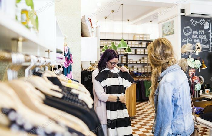 Frauen Einkaufskleid im Bekleidungsgeschäft