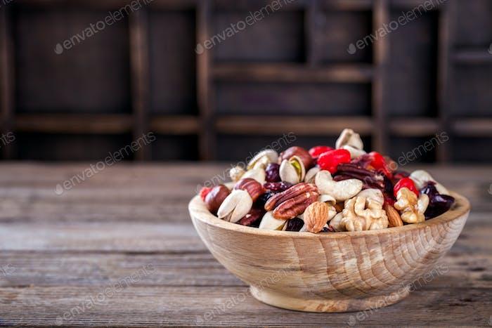 Nüsse und getrocknete Früchte mischen. Konzept der gesunden Ernährung.