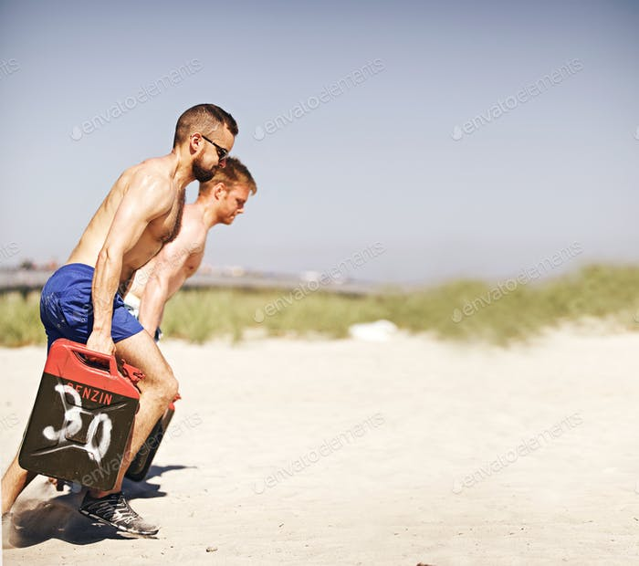 Männer Hebe schwere Kanister