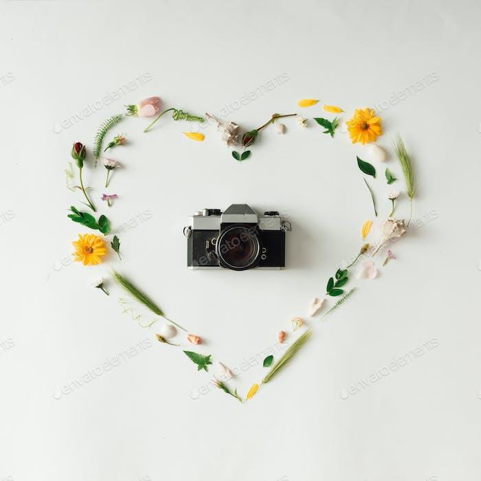 Herzsymbol aus verschiedenen natürlichen Dingen mit Vintage-Kamera.