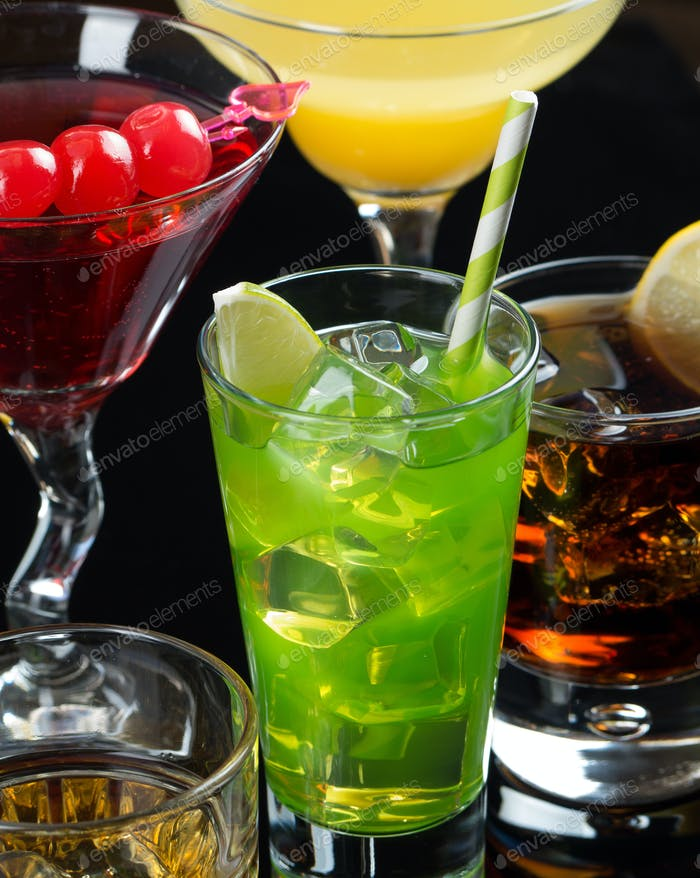 Verschiedene Cocktails auf schwarzem Hintergrund