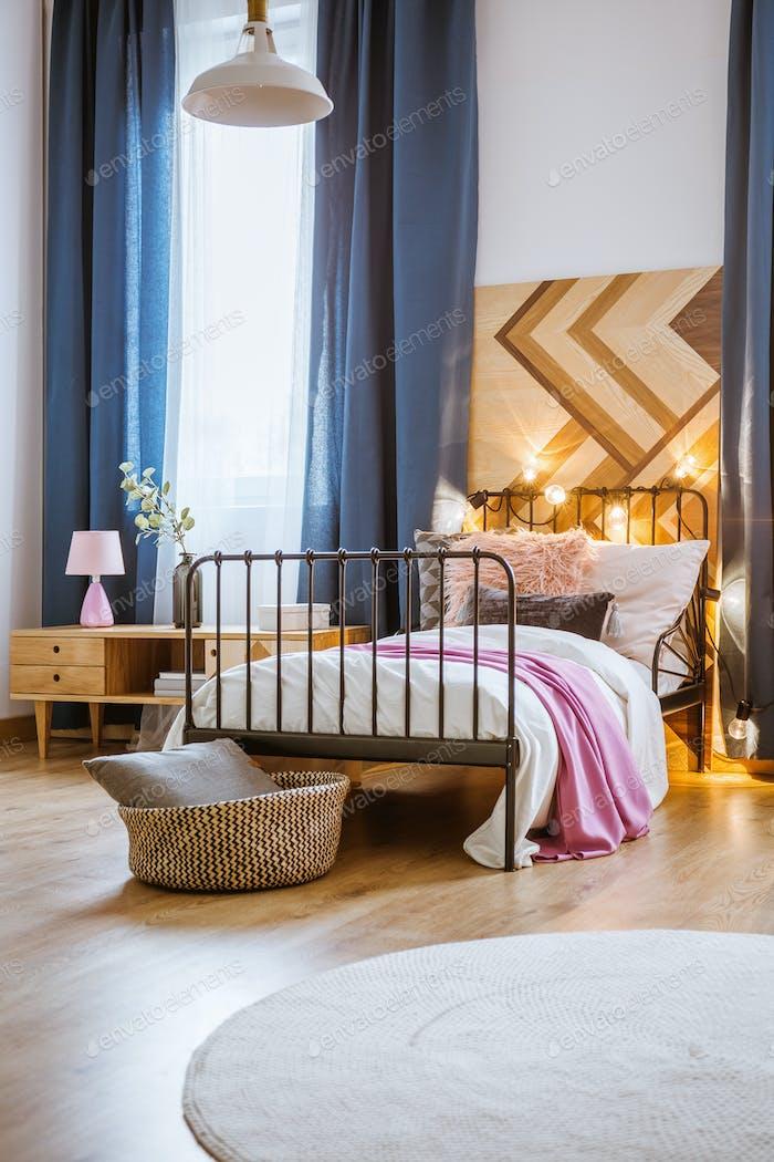 Metallbett im modernen Schlafzimmer