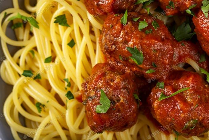 Spaghetti mit Schweine- und Rindfleischbällchen
