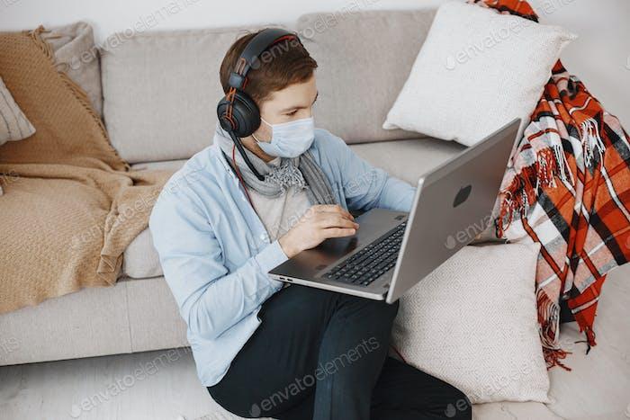 Mann hat Online-E-Learning im Internetkonzept