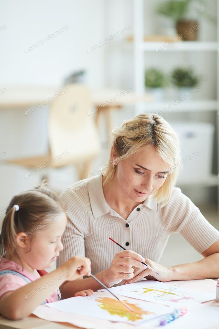 Семья рисует картину