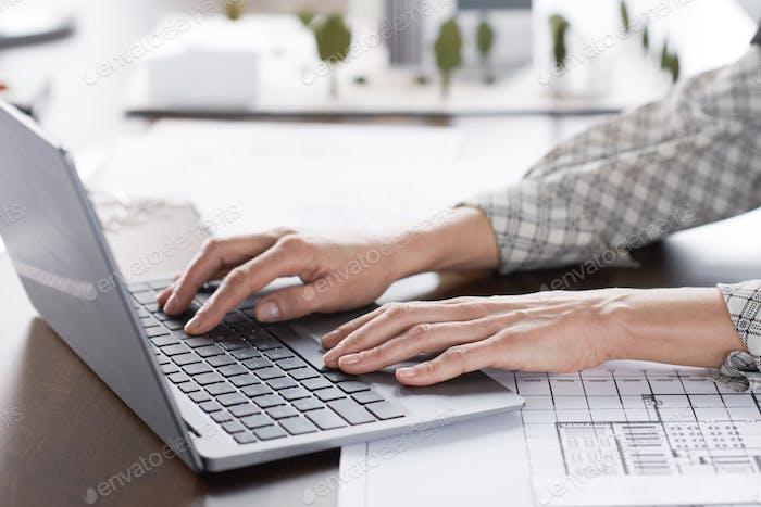 Mujer Trabajo en la computadora Ordenador portátil