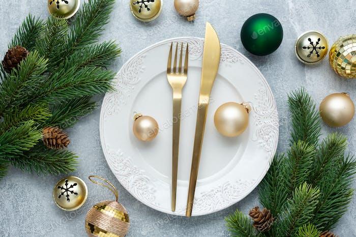 Weihnachtsbesteck auf Teller