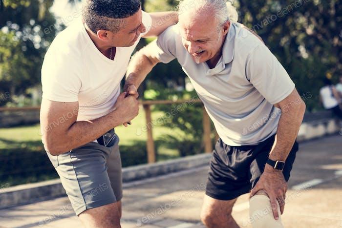 Älterer Mann mit einer Knieverletzung