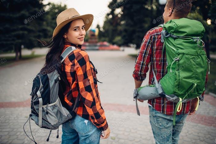 Wanderer mit Rucksäcken reisen in der touristischen Stadt