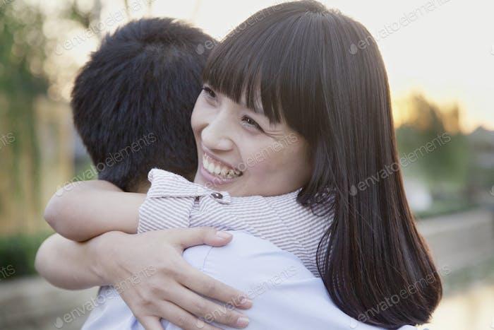 glücklich junge paar umarmt