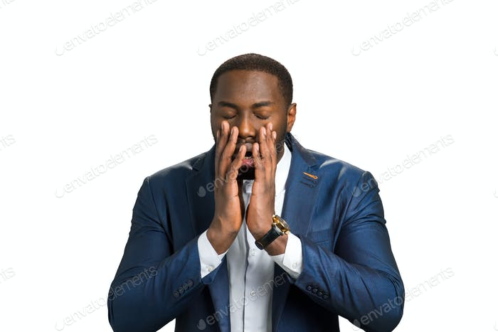Schockierte Afroamerikaner auf weißem Hintergrund