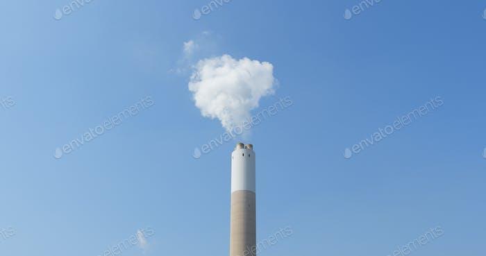 Schornstein und Rauch über blauem Himmel