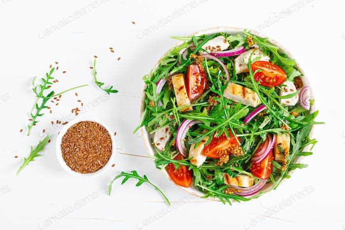 Frischer Gemüsesalat mit gegrilltem Hähnchenfilet, Brust, Tomaten und Rucola, Draufsicht