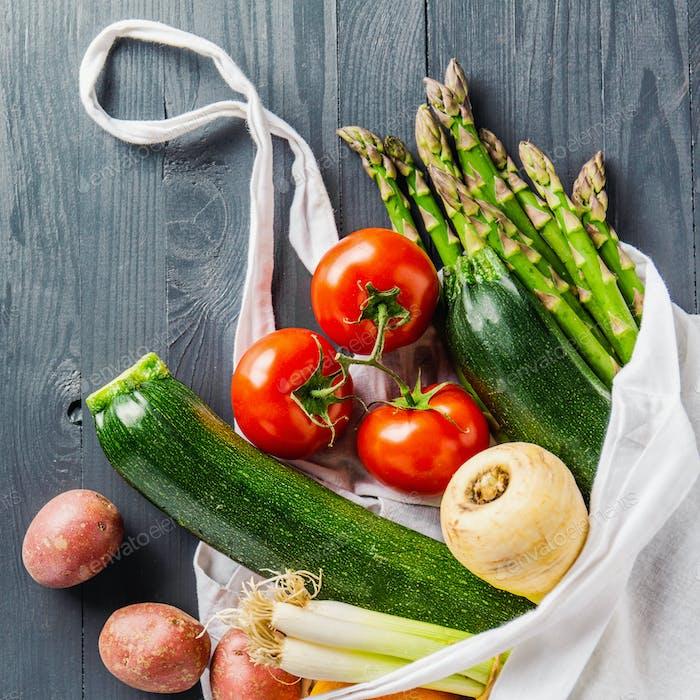 Verschiedene Gemüse im Textilbeutel auf grau