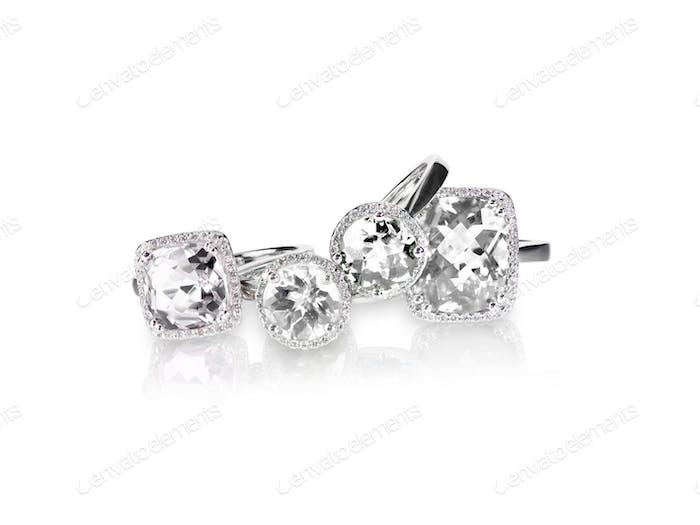 Set von Ringen Edelstein edler Schmuck. Gruppe Stapel oder Cluster von mehreren Edelstein-Diamant-Ringen.