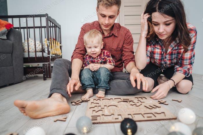 Glückliche Familie spielen zusammen auf dem Boden