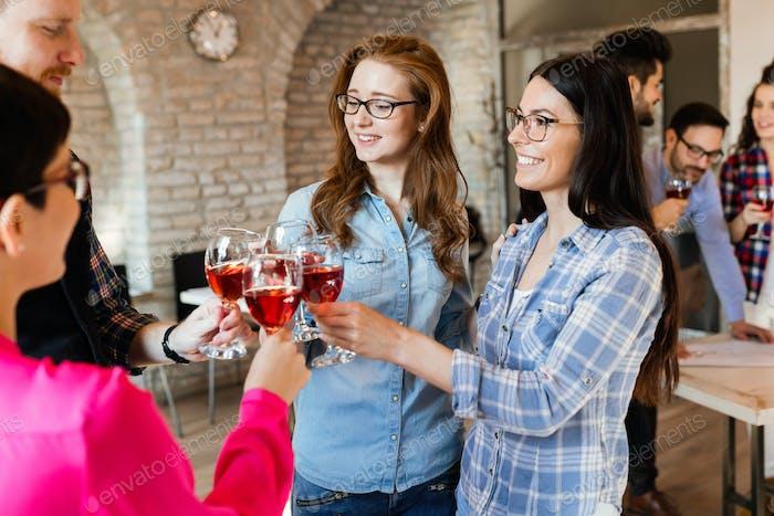 Bild des erfolgreichen Geschäftsteams mit Feier