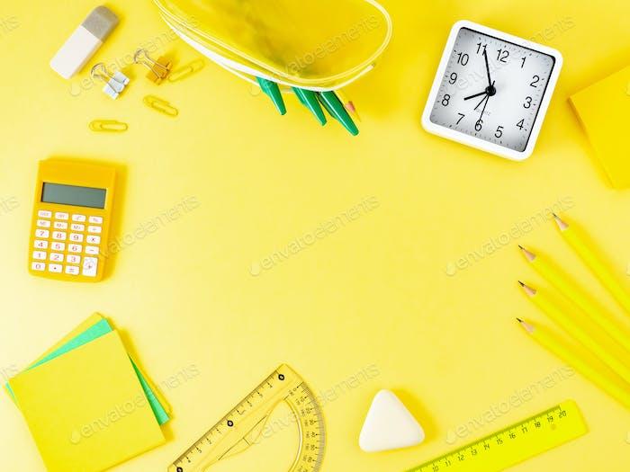 Вид сверху современный яркий желтый офисный стол