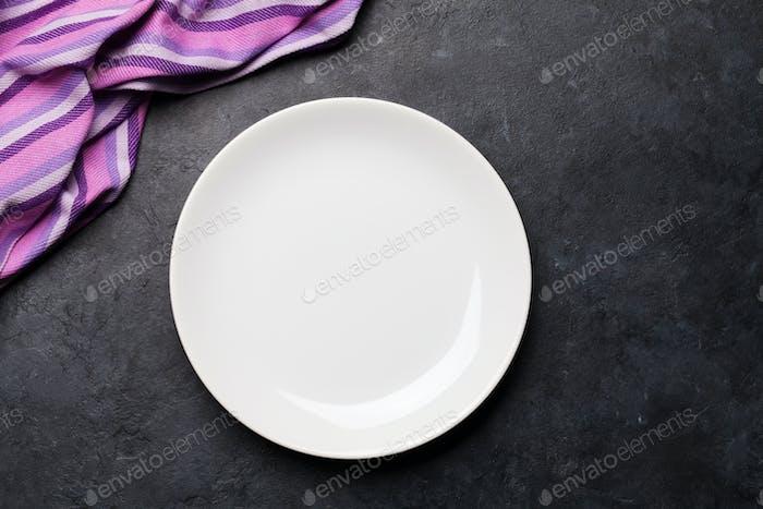 Küchentisch mit Teller und Tischdecke