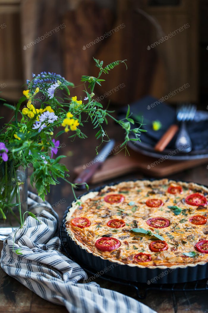 Quiche Lorraine mit checken und tomate