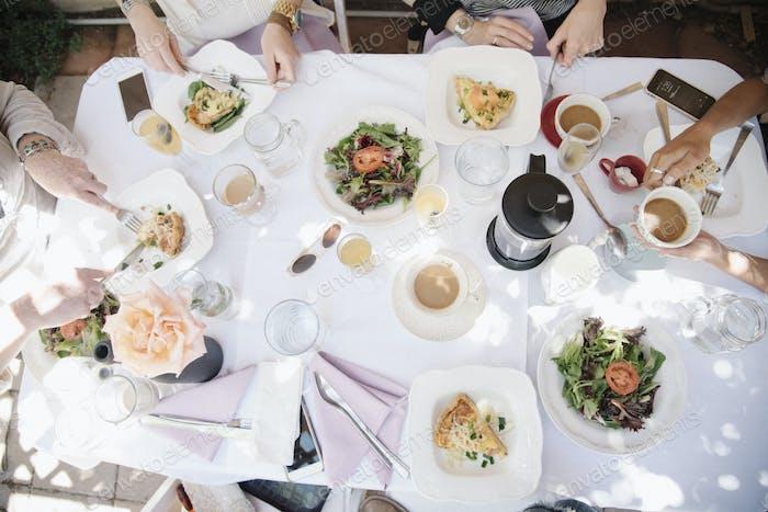 Vier Frauen beim Essen