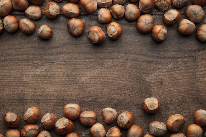 Haselnüsse auf dem braunen Holztisch