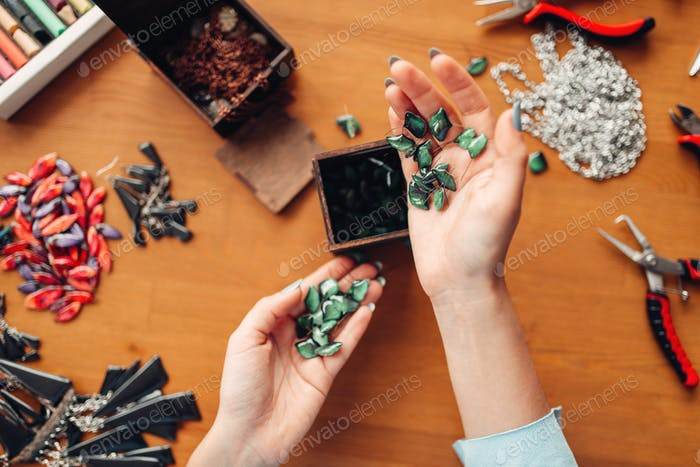Weibliche Hände halten Handarbeit Zubehör Draufsicht