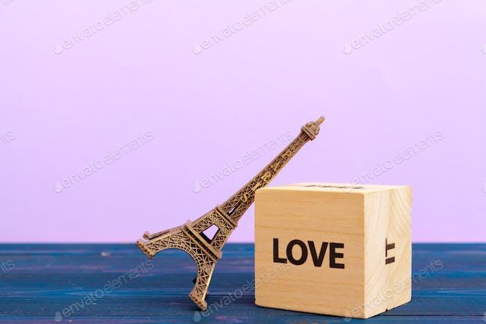 bloque de madera cubo con alfabeto construyendo la palabra amor