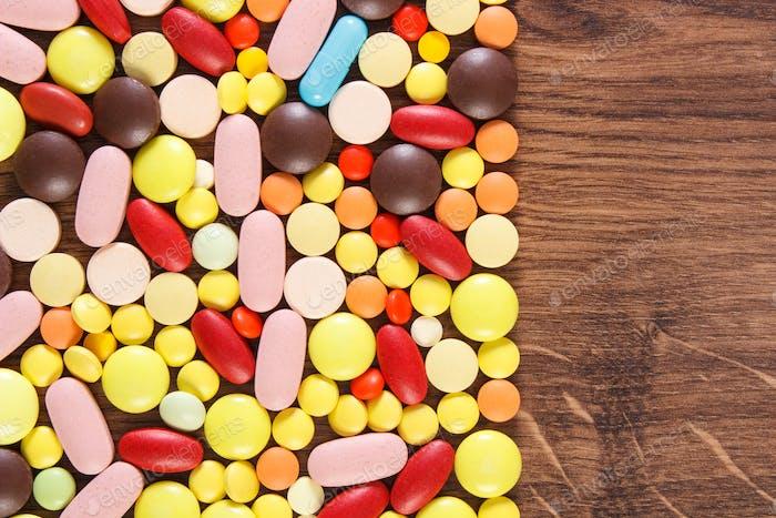 Красочные медицинские таблетки и капсулы, концепция здравоохранения