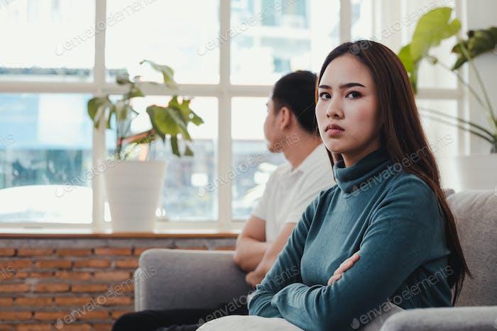 La chica está enojada con el novio.