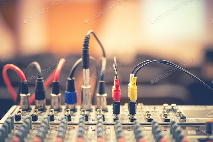 Audio Buchse und Kabel verbunden mit Audio Mixer, Musik DJ-Ausrüstung