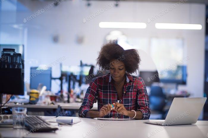Porträt einer jungen erfolgreichen afroamerikanischen Frau in der modernen