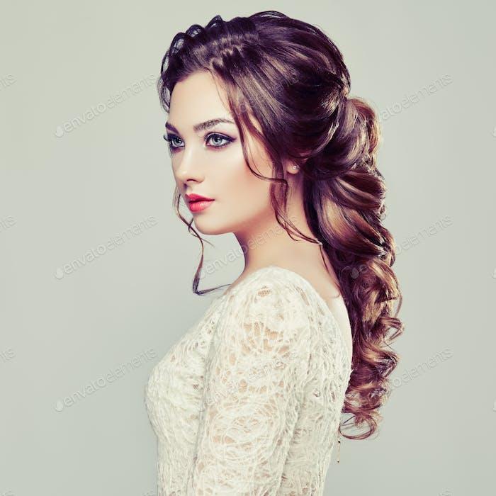 Brünette Frau mit langen und glänzenden lockigen Haaren