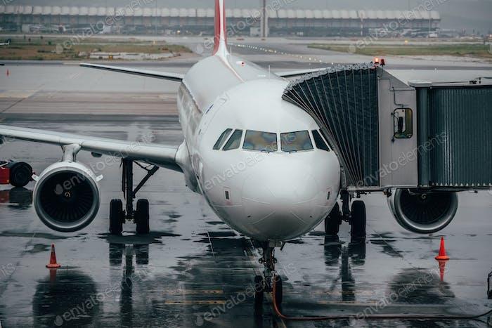 Flughafenterminalgebäude mit Flugzeugen