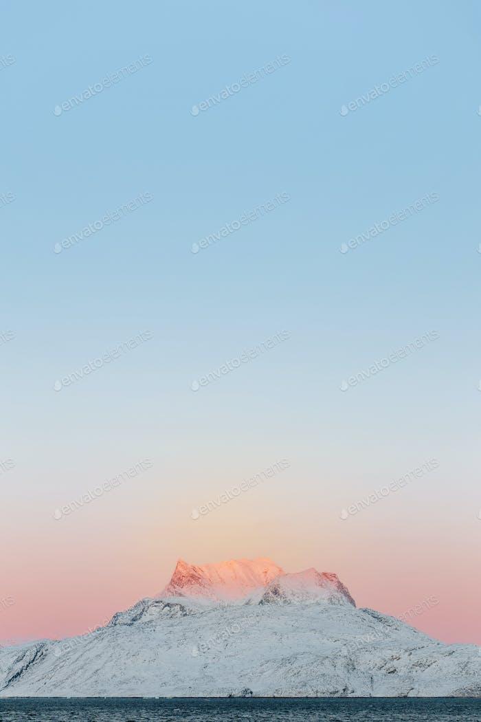 Montaña nevada contra el cielo despejado al atardecer