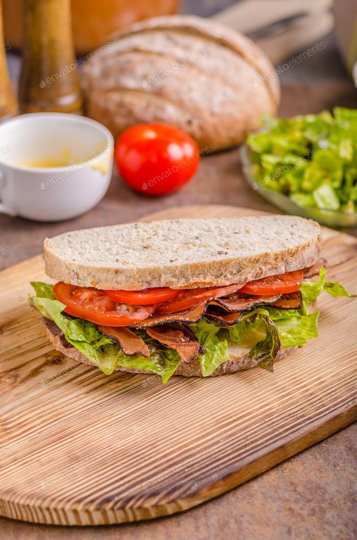 BLT-Sandwich mit Salat