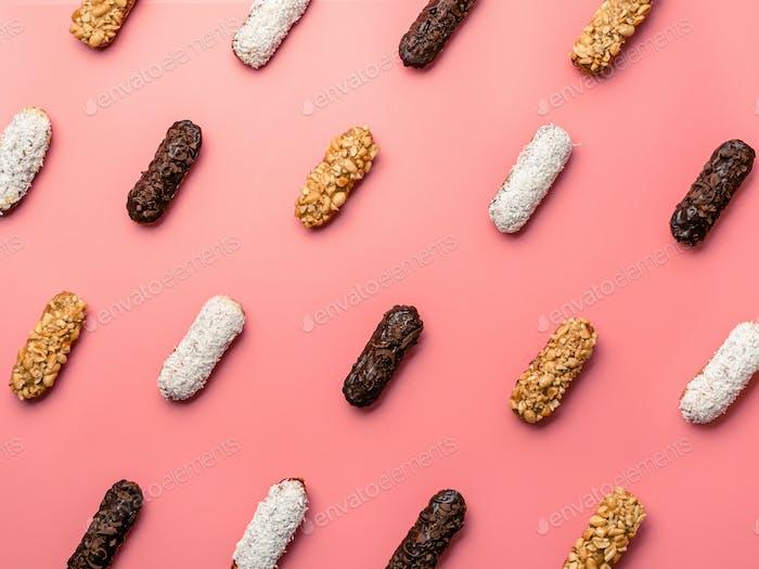 Eclairs oder Profitroles Muster auf rosa Hintergrund