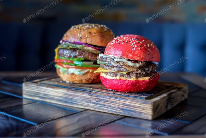 Hausgemachte Hamburger mit rotem Brötchen