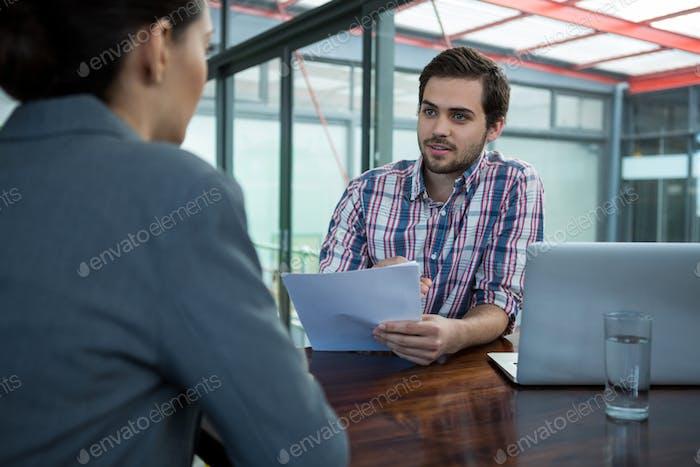 Business Executive Durchführung Bewerbungsgespräch mit Frau