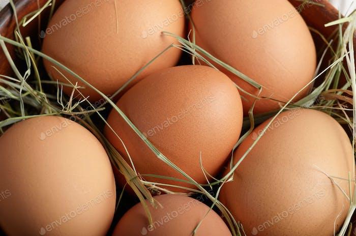 Lebensmittelhintergrund von braunen Bio-Eier in Tonschüssel