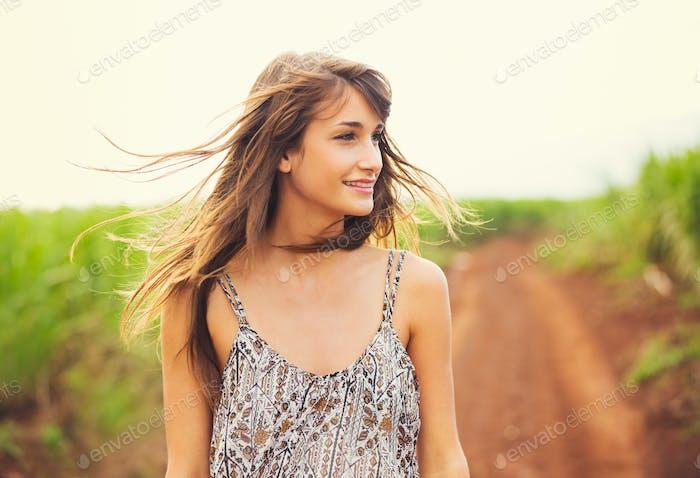 Wunderschöne romantische Mädchen im Freien. Sommer Lifestyle