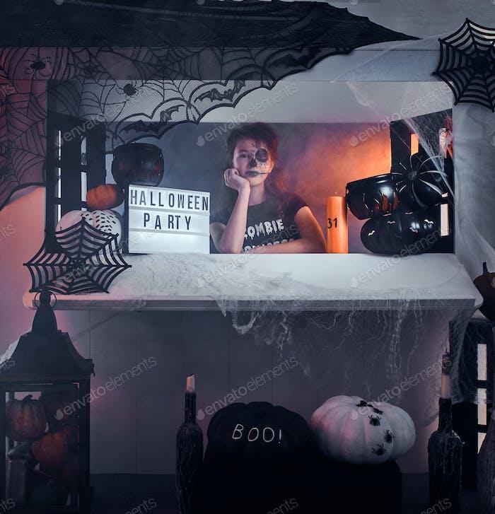 Porträt von coole kleine Hexe mit Halloween-Dekorationen