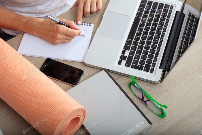 Frau und eine Übungsmatte in einem Bürohintergrund