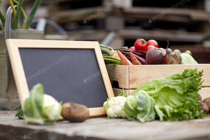 Nahaufnahme von Gemüse mit Tafel auf dem Bauernhof