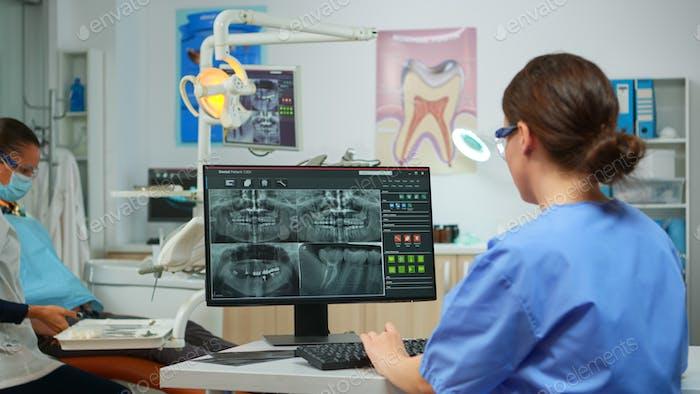 Zahnmediziner erklärt dem Patienten den zahnärztlichen Prozess der Intervention
