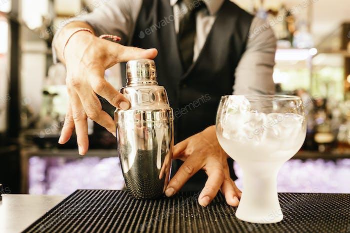 Barman macht Cocktail im Nachtclub.