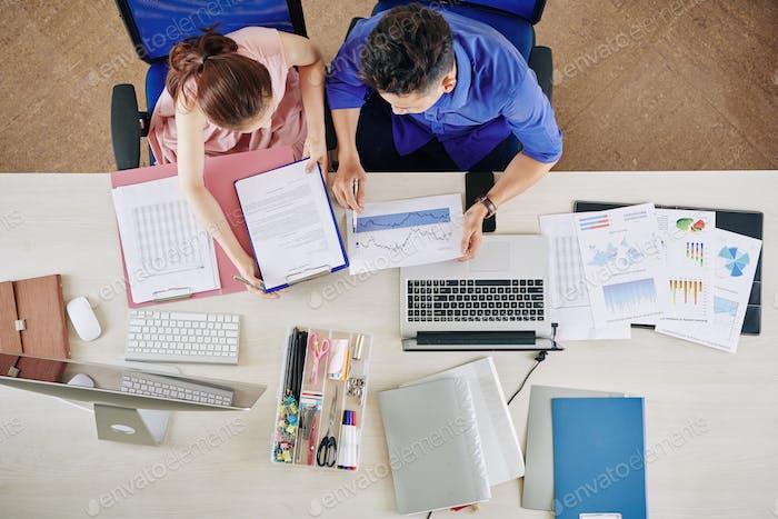 Personas de negocios analizando las ganancias mensuales