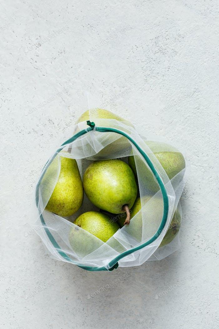 Frische Birnen in wiederverwendbaren Säcken